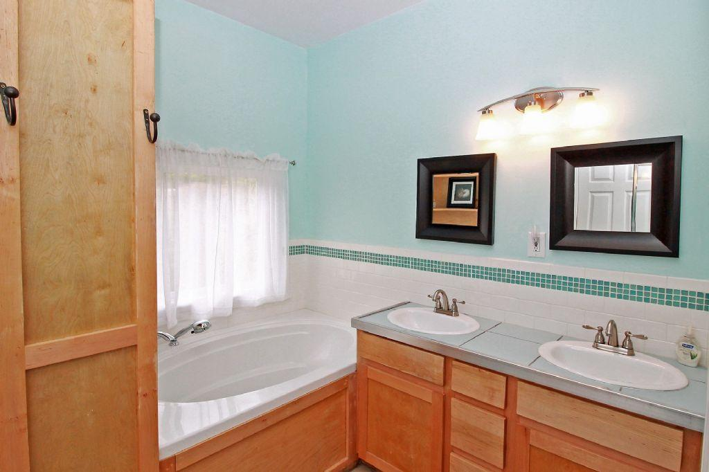 En Suite Queen Bathroom