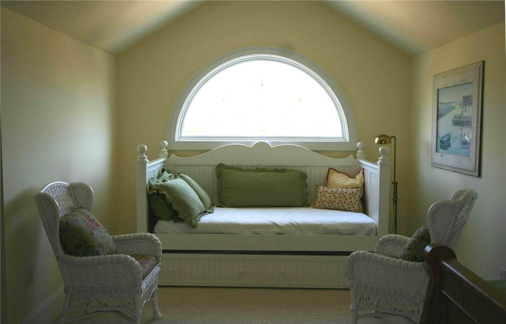 Bedroom 1 - Upstairs Master/daybed