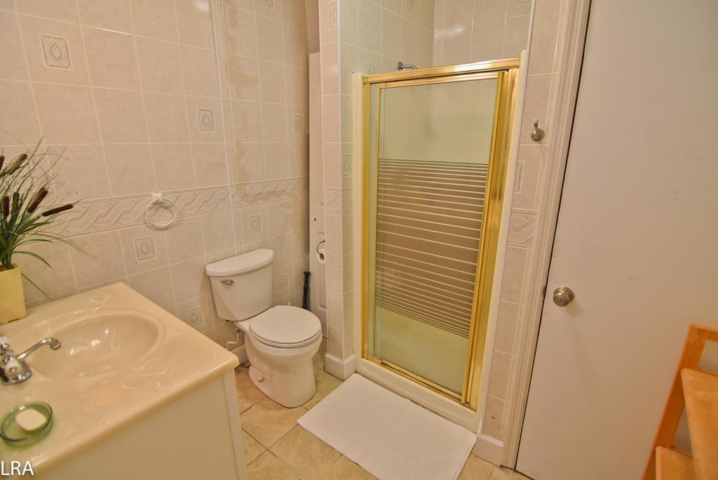 Shared Bathroom (lower level)